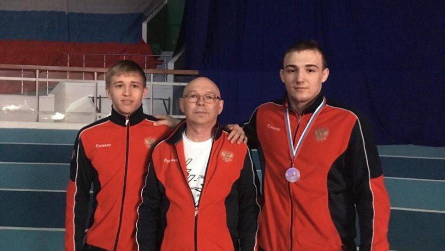 Сергей Бордюговский и его воспитанники - Дмитрий Куприн (слева) и Константин Пшеничников (справа) .